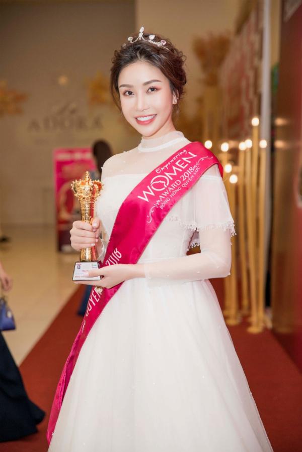 Hoa hậu Lam Cúc rạng rỡ nhận giải Bông hồng quyền lực - 4