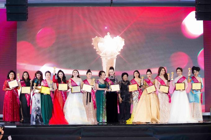Hoa hậu Doanh nhân Lam Cúc nhận giải 'Bông hồng quyền lực'