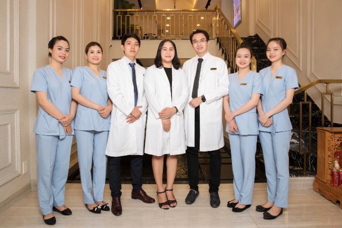Đội ngũ bác sĩ và y tá với chuyên môn và kinh nghiệm nhiều năm trong ngành thẩm mỹ.