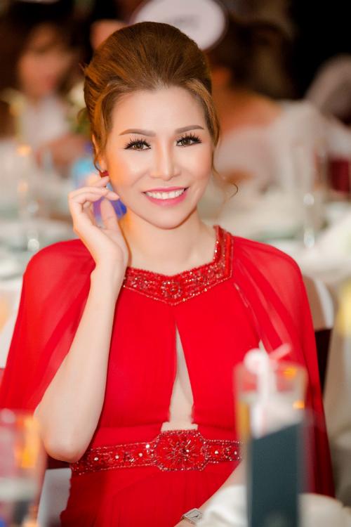 Hoa Hậu vẫn rạng rỡ với thiết kế của Lê Thanh Hòa cùng các món phụ kiện hàng hiệu đắt giá như: túi Gucci và chiếc đồng hồ hiệu Piaget giá trị hơn 2 tỷ đồng .