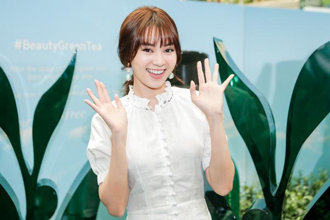 Cô mới chuyển sang để kiểu tóc mái ngang nhìn khá lạ. Lan Ngọc thân thiện vẫy tay chào các fan.
