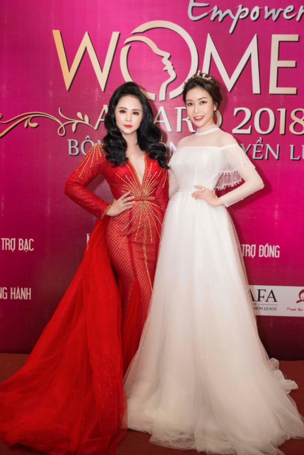 Hoa hậu Lam Cúc rạng rỡ nhận giải Bông hồng quyền lực - 8