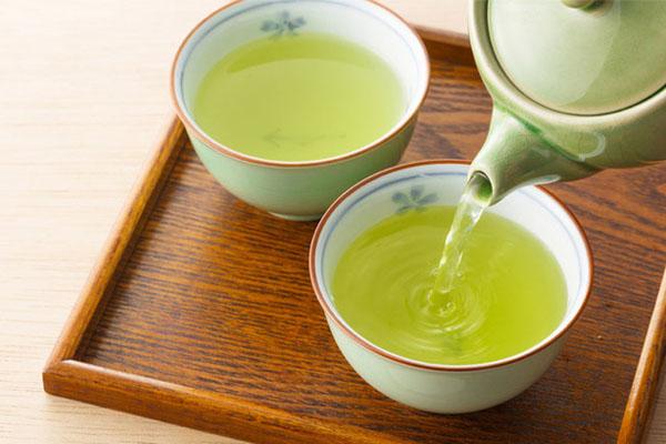 Uống 2 tách trà xanh mỗi ngày Trà xanh rất giàu chất chống oxy hóa, là thức uống hữu hiệu nhất để ngăn ngừa cácdấu hiệu lão hóa sớm, hạn chế nếp nhăn, hạn chế hình thành đốm nâu và giảm thiểu tác hại của ánh nắng mặt trời.