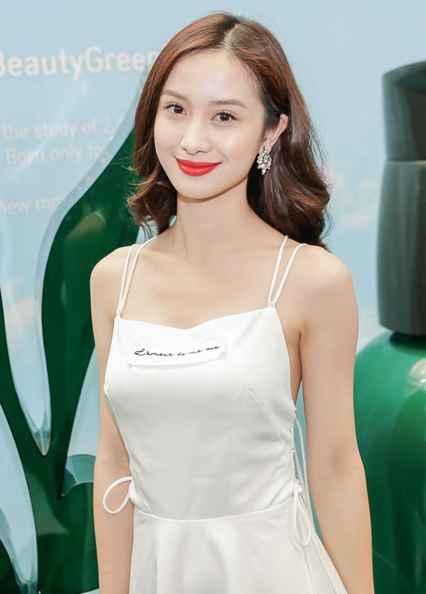 Jun Vũ lộ vóc dáng gầy gò khi mặc váy dây dự event. Người đẹp phim Tháng năm rực rỡ chăm chút dung nhan kỹ lưỡng khi xuất hiện trước công chúng.