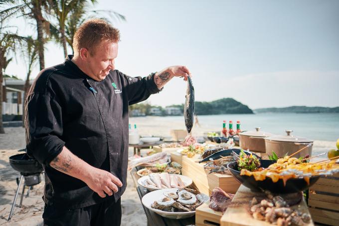 Ẩm thực tại đây cũng là một nghệ thuật, được chế biến công phu từ những nguyên liệu tươi ngon tại nhà hàng hải sản Corallo và nhà hàng buffet bên biển The Market.