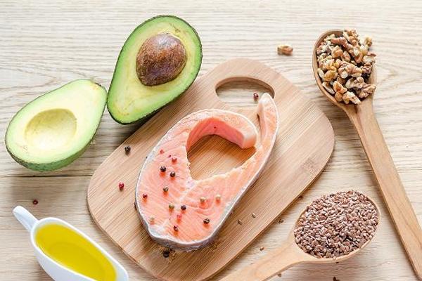 Bổ sung chất béo lành mạnh Chất béo lành mạnh rất cần thiết để làn da có được độ căng mọng. Chất béo lành mạnh có nhiều trong quả bơ, cá thu, các loại hạt, các loại đậu, bí đỏ và rau lá xanh.