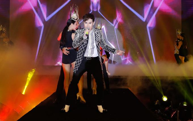Ca sĩ Nguyên Vũ biểu diễn một tiết mục sôi động trong chương trình.