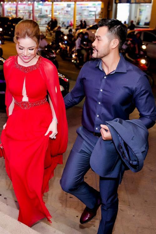 Không như những lần đi sự kiện một mình trước đây , lần này Hoa hậu được bạn trai tháp tùng trong suốt buổi tiệc