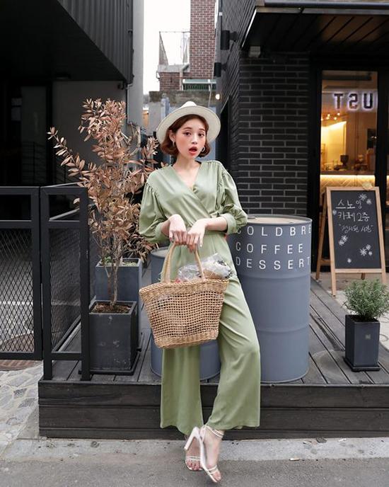 Túi cói có phom dáng gần giống như kiểu túi đi chợ được nhiều fashionista châu Á ưa chuộng. Họ tự do mix món phụ kiện mùa hè với nhiều phong cách trang phục.