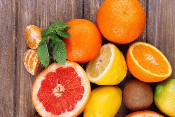 Ăn hoa quả họ cam quýt Hoa quả thuộc họ cam quýtcó nhiều chất xơ, chất chống oxy hóa và vitamin C, giúp tăng cường liên kết collagen. Sự liên kết qua lại collagen giúp cho da săn chắc và giảm sự xuất hiện của đường chân chim và nếp nhăn.