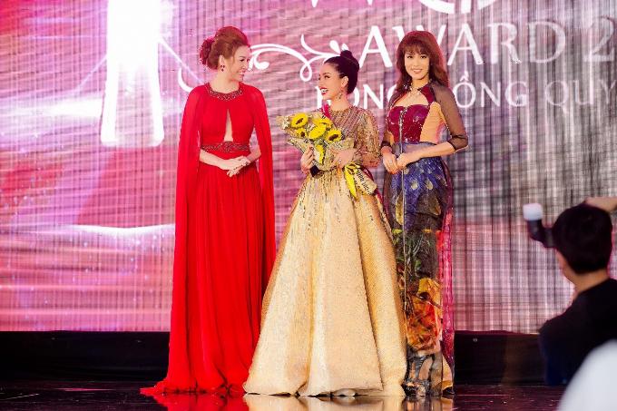Hoa hậu Bùi Thị Hà được mời trao giải Nữ doanh nhân bản lĩnh cho những thành tựu nổi bật về kinh tế - nghệ thuật vàđóng góp cho những hoạt đồng từ thiện và cộng đồng.