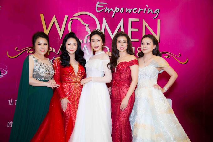 Hoa hậu Lam Cúc rạng rỡ nhận giải Bông hồng quyền lực - 7
