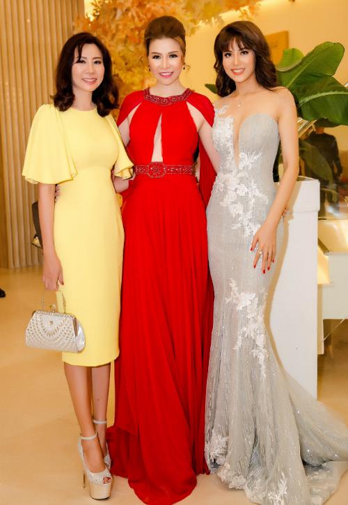 Tuy rất mệt nhưng Hoa hậu vẫn giữ được nét rạng rỡ trước ống kính , cô đọ sắc cùng các người đẹp được tôn vinh trong sự kiện