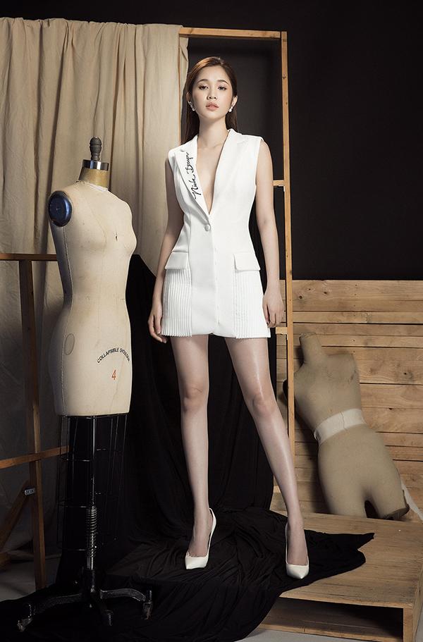 Chỉ sử dụng hai màu đơn sắc vì thế cách tạo dựng phom dáng trang phục được đầu tư kỹ lưỡng để mang tới sức hấp dẫn cho từng bộ váy áo.