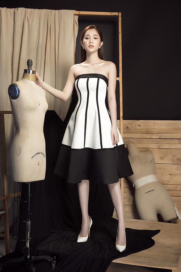 Hai tông màu trắng và đen luân phiên thay đổi vai chính - phụ đểmang tới nhiều phom dáng trang phục khác nhau.