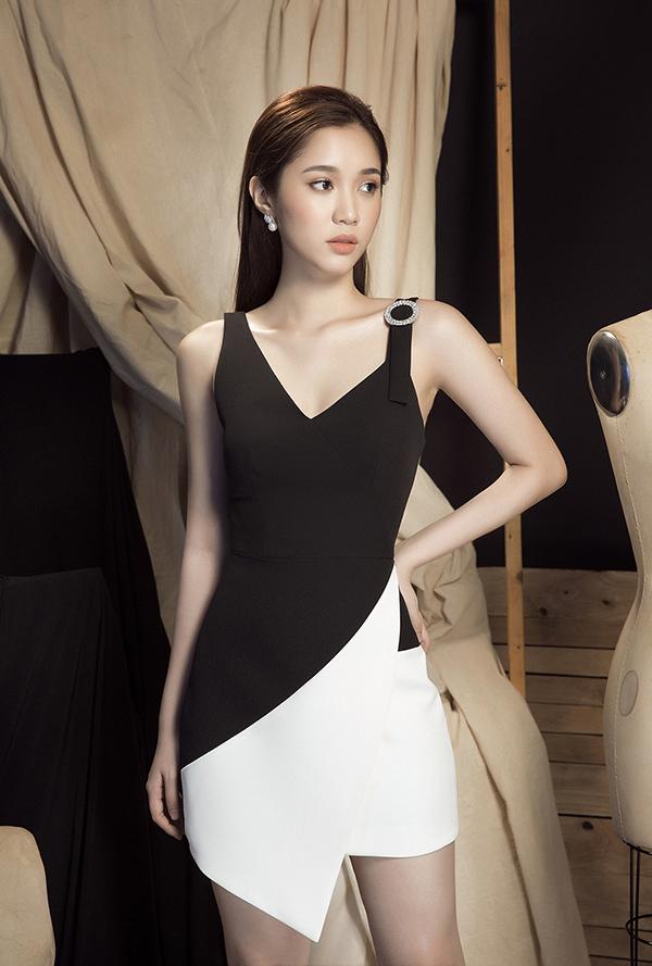 Chọn hai tông màu trắng - đen tương phản, nhà mốt Việt đã mang tới các mẫu thiết kế khai thác vẻ đẹp gợi cảm và xây dựng hình ảnh trẻ trung cho người mặc.