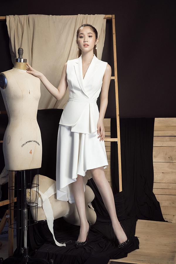 Cùng với các thiết kế tôn vẻ đẹp sexy, bộ sưu tập còn giới thiệu nhiều mẫu váy midi, váy cổ vest, váy vạt quấn thanh lịch và đồng điệu cùng xu hướng 2018.