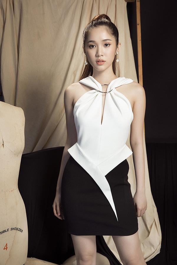 Các kiểu váy ngắn đều được thêm thắt những chi tiết nhỏ như khoen inox, tạo đường xếp nếp, xoắn vải để mang tới bộ cánh hoàn toàn mới lạ.