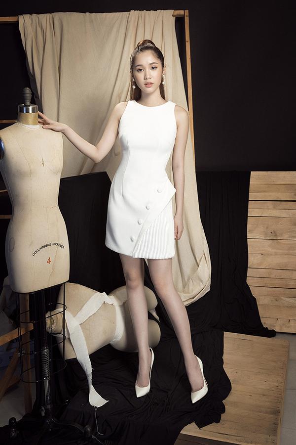 Với những ngày nhiệt độ lên tới 36 độ C, chọn lựa gam trắng thanh nhã sẽ phần nào giúp bạn gái có được sự thoải mái thay vì cách chọn váy áo tông màu nóng.