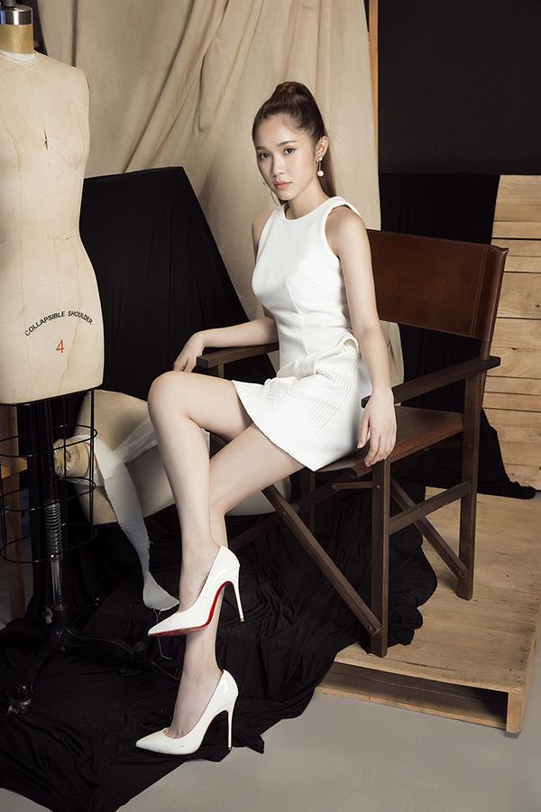 Quỳnh Hương diện loạt váy trắng đen khoe vẻ đẹp gợi cảm