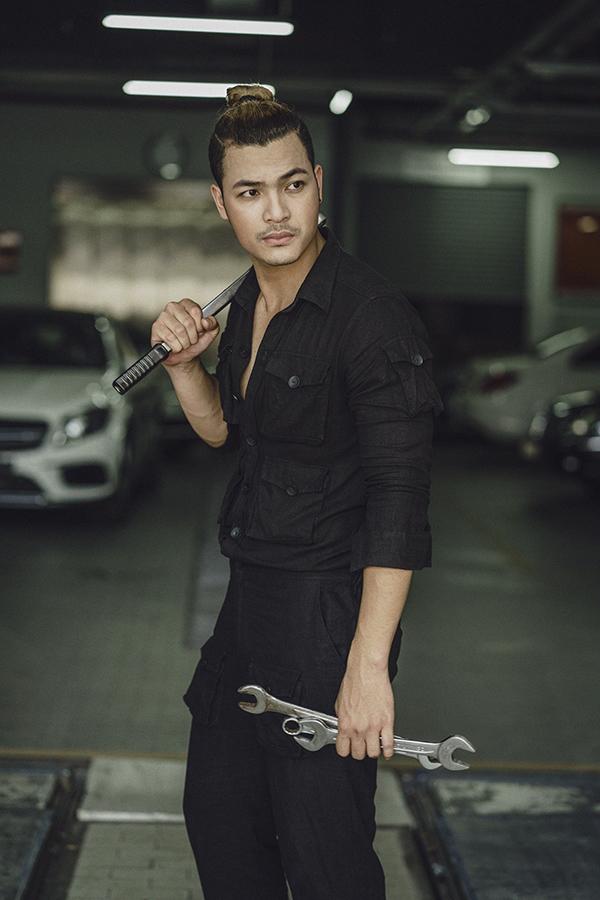 Vũ Tuấn Việt lột áo khoe body