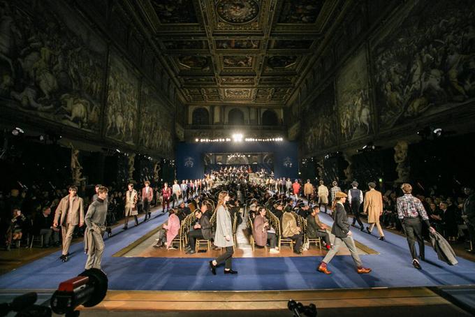 Sàn diễn thời trang của đại sảnh nổi danh Salone dei Cinquecento được thiết kế với tông màu nhận diện thương hiệu gồm xanh navy và vàng đồng gây ấn tượng cho giới mô điệu.