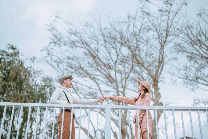 Ngân hài hước nói vợ chồng cô số hưởng vì đúng ngày chụp ảnh, thời tiết ở Đà Lạt rất đẹp. Cộng thêm với không khí làm việc thoải mái nên cô dâu, chú rể tạo dáng tự nhiên, không bị gượng gạo.