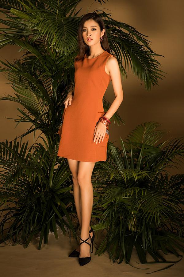 Các mẫu váy liền thân, kiểu dáng thanh lịch vốn được các cô nàng công sở ưa chuộng nay được thêm những màu sắc để mang tới sự mới mẻ.