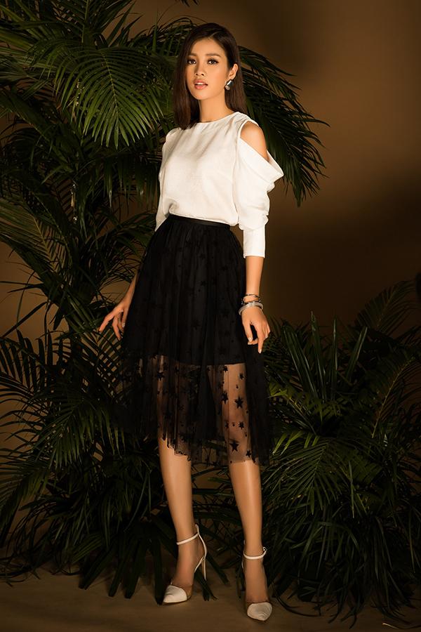 Tôn màu đen trắng dễ sử dụng và khó lỗi mốt vẫn được ưu ái và chọn lựa để thể hiện trên các mẫu áo khoét vai, sơ mi tay bồng biến tấu, áo bèo nhún đi cùng các kiểu váy midi, quần ống rộng dáng lửng.