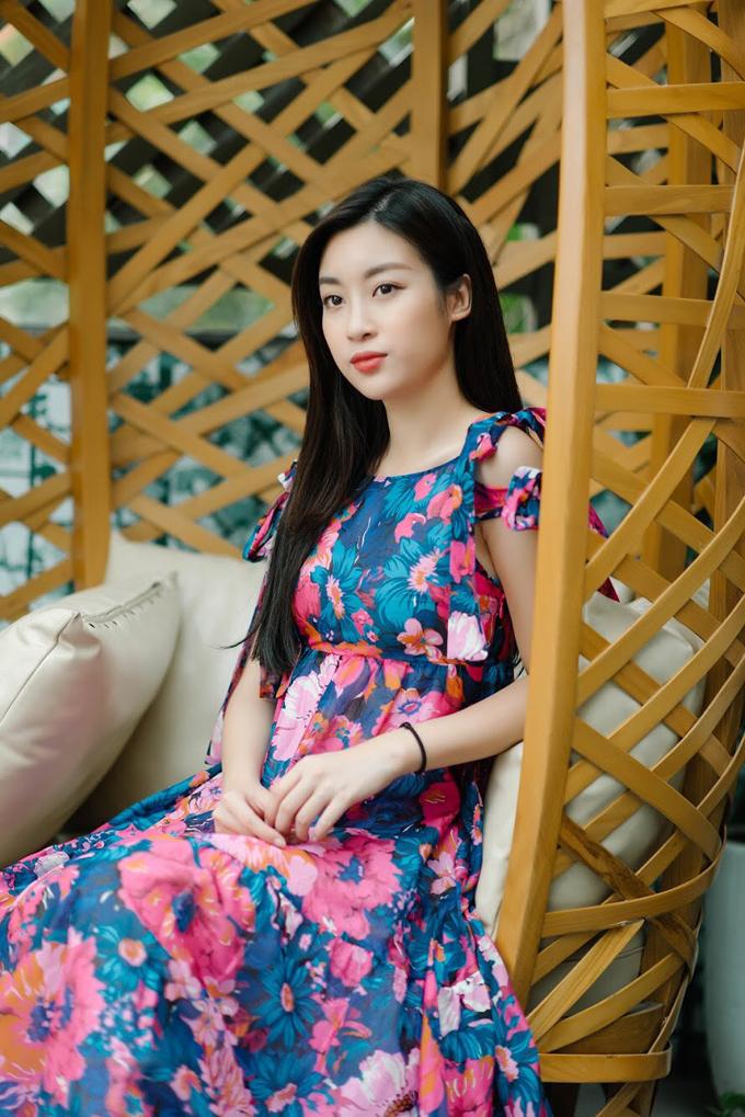 Những thiết kế đầm maxi họa tiết hoa, chi tiết thắt nơ ngọt ngào trên dây áo và chất liệu vải nhẹ bồng bềnh giúp người đẹp trông quyến rũ hơn.