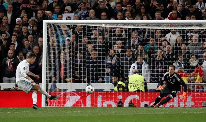 ây là điều đáng buồn với thủ môn kỳ cựu của Juventus vì đó có thể là khoảnh khắc cuối cùng của anh tại Champions League. Bước lên chấm đá 11m, Ronaldo lạnh lùng sút căng và hiểm, không cho thủ môn vào thay người Wojciech Szczesny cơ hội.