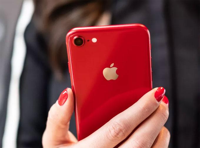 Hiện tại Apple đã cho phép người dùng đặt mua iPhone 8 và iPhone 8 Plus phiên bản màu đỏ, máy sẽ bắt đầu được giao từ thứ Sáu tuần này.
