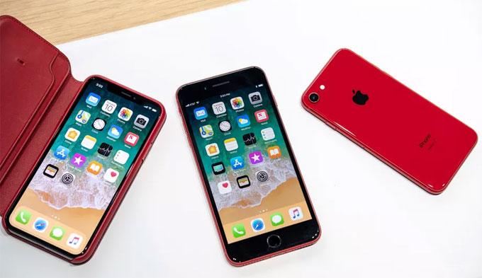 Do được trang bị tính năng sạc không dây nên iPhone 8 có lưng bằng kính, trong khi iPhone 7 có lưng nhôm. Ngoài ra mặt trước của chiếc iPhone 8 đỏ có màu đen thay vì trắng như iPhone 7. Theo đánh giá của cây bút Chris Welch đến từ The Verge, sự phối màu này có vẻ hợp lý hơn phiên bản cũ.