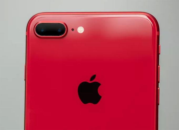 Cũng vì có mặt lưng bằng kính nên iPhone 8 rất dễ bám dấu vân tay. Màu đỏ sẽ giúp che bớt một phần khuyết điểm này so với các màu sắc khác nhưng vẫn không có cảm giác sạch bằng lưng nhôm của iPhone 7.