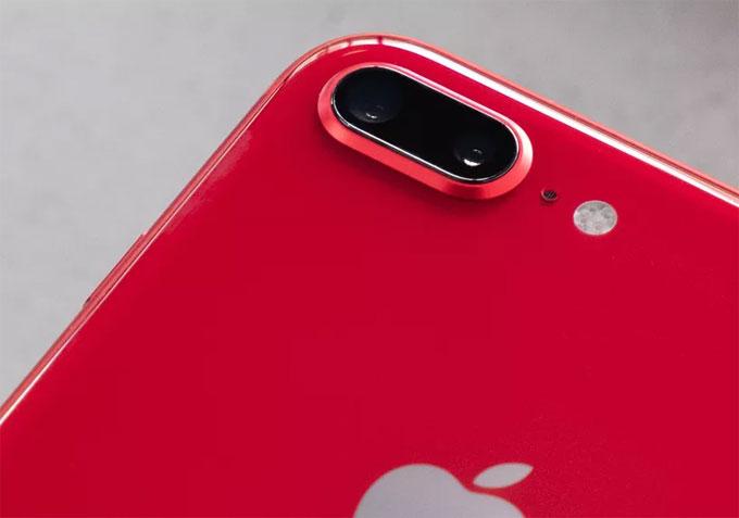 Đây là năm thứ hai liên tiếp Apple tung ra phiên bản màu đỏ cho chiếc iPhone của mình, đáng tiếc chiếc iPhone X cao cấp nhất không sở hữu màu sắc độc lạ này.