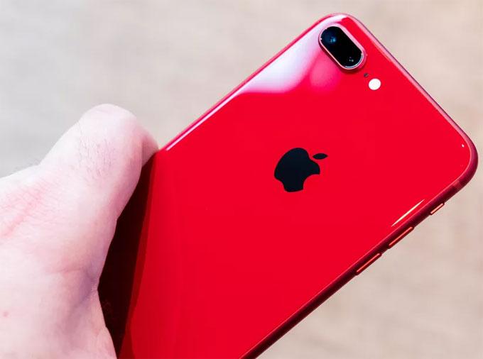 Phiên bản iPhone 8 và iPhone 8 Plus màu đỏ vừa xuất hiện vào hôm qua (11/4). Sự khác biệt lớn nhất của iPhone 8 màu đỏ và chiếc iPhone 7 đỏ của năm rồi nằm ở mặt lưng.