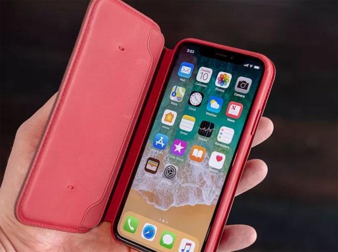 Apple phát hành bao da màu đỏ cho iPhone X, bán với giá 99 USD.