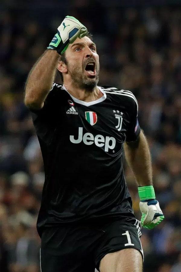 Phút 61, Matuidi ghi bàn thắng thứ ba cho Juventus, tỷ số của hai trận được cân bằng 3-3. Thủ môn Buffon phấn khích sau những nỗ lực của đồng đội.