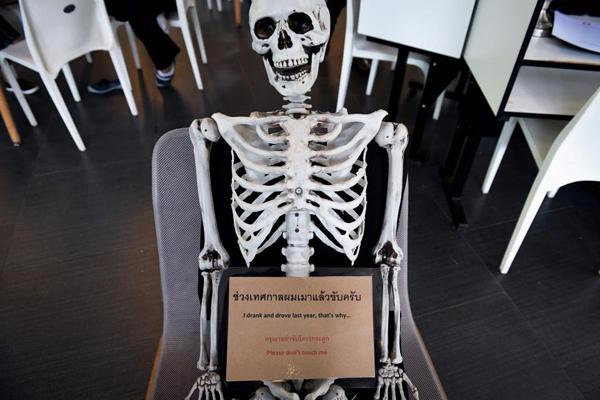Bộ xương người được đặt nằm trên một chiếc ghế giữa quán. Ảnh: AFP