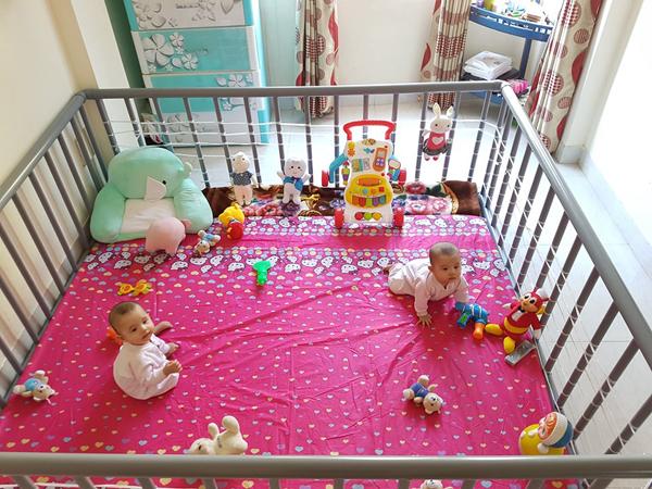 Chiếc cũicó diện tích 1m8x2m đặt ngay ngắn trong góc phòng là nơi ngủ và chơi đùa yêu thích của hai con gái chị Hoài.
