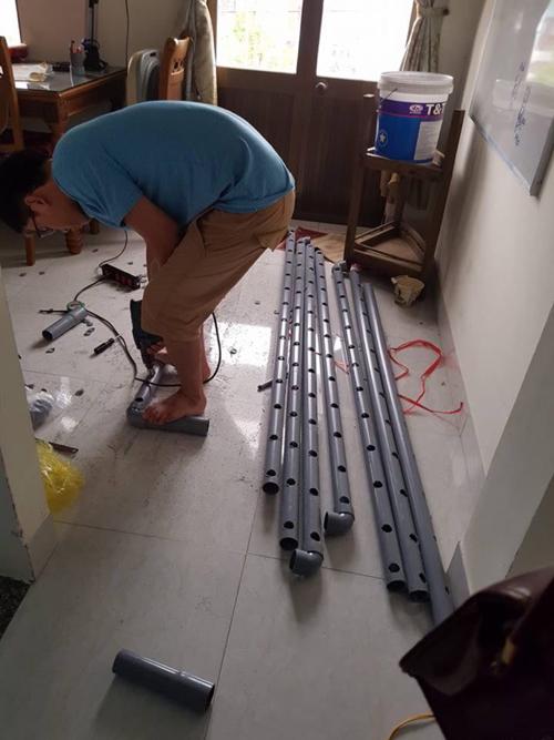 Thực hiện:- Cắt ống lớn theo kích thước: 4 ống2 m và 4 ống1,8m- Cắt ống nhỏ dài 65 cm để làm thành cũi- Dùng máy khoanlỗ có khoảng cách đều nhau trên thân các ống phi lớn- Cắm các ống nhỏvào từng lỗ trên ống lớn- Dùng ống cong để nối 8 góc trên và dưới vào nhau.