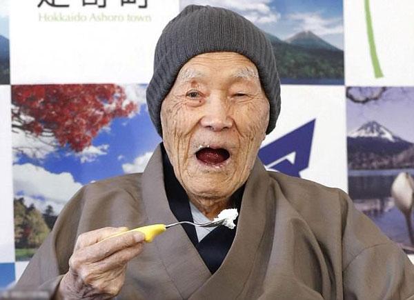Cụ Nonaka tiết lộ bí quyết của mình là ăn đồ ngọt và thường xuyên tắm suối nước nóng để sống lâu.