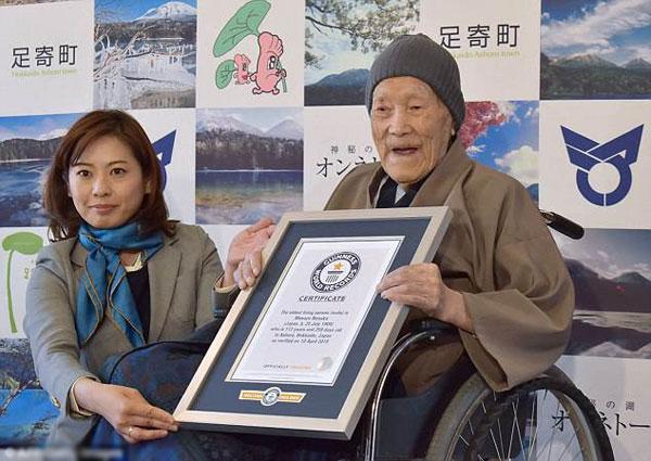 Chứng nhận kỷ lục thế giới dành cho cụ ông cao tuổi nhất được trao cho cụ Nonaka tại Hokkaido.