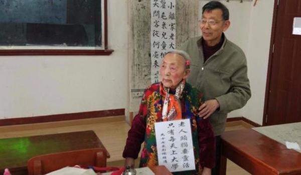 Cụ Peng Nan đeo tấm bảng trước cổ để khuyến khích người già đi học như mình. Ảnh: SCMP