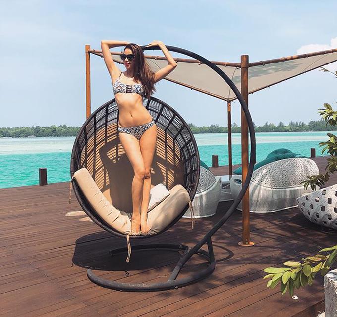 Phạm Hương khoe dáng ngọc trong khu resort ở Indonesia.