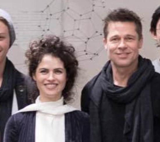 Brad Pitt chụp ảnh cùng nữ giáo sư Neri khi anh tới Viện công nghệ Massachusetts vào tháng 11/2017.