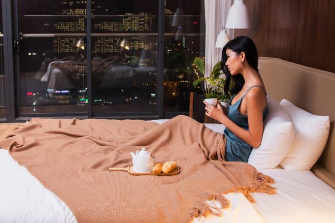 Trang Lạ có thể ngắm phong cảnh Sài Gòn về đêm từ căn hộ trên cao. Cô cũng cho biết, vợ chồng cô thường xuyên ở căn hộ này đểthuận tiện trong việc di chuyển vào trung tâm Sài Gòn.