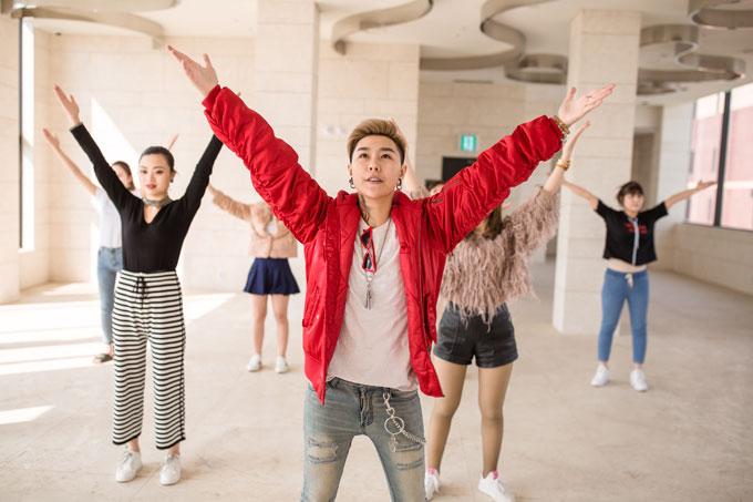 Chỉ một ngày sau khi đáp chuyến bay tới xứ sở kim chi, cô cùng các thí sinh tất bật luyện tập cho chương trình mở màn dưới sự hướng dẫn của nhạc sĩ - ca sĩ Tiên Cookie.