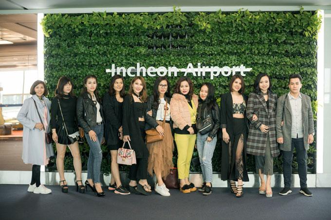 Các thí sinh vui vẻ chụp ảnh kỷ niệm khi tới sân bay Incheon, Hàn Quốc.