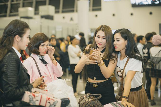 Các người đẹp đã có thời gian gặp gỡ, làm quen và giao lưu trước đó nên họ vui vẻ trò chuyện khi gặp nhau tại sân bay.